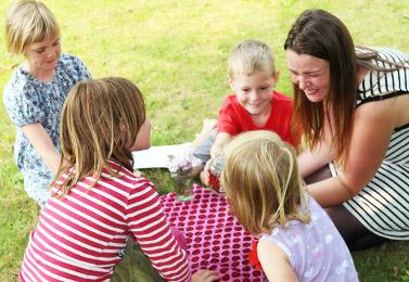 4 børn og en voksen leger sammen