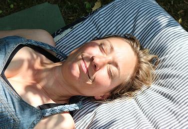 Kvinde slapper af og smiler med lukkede øjne