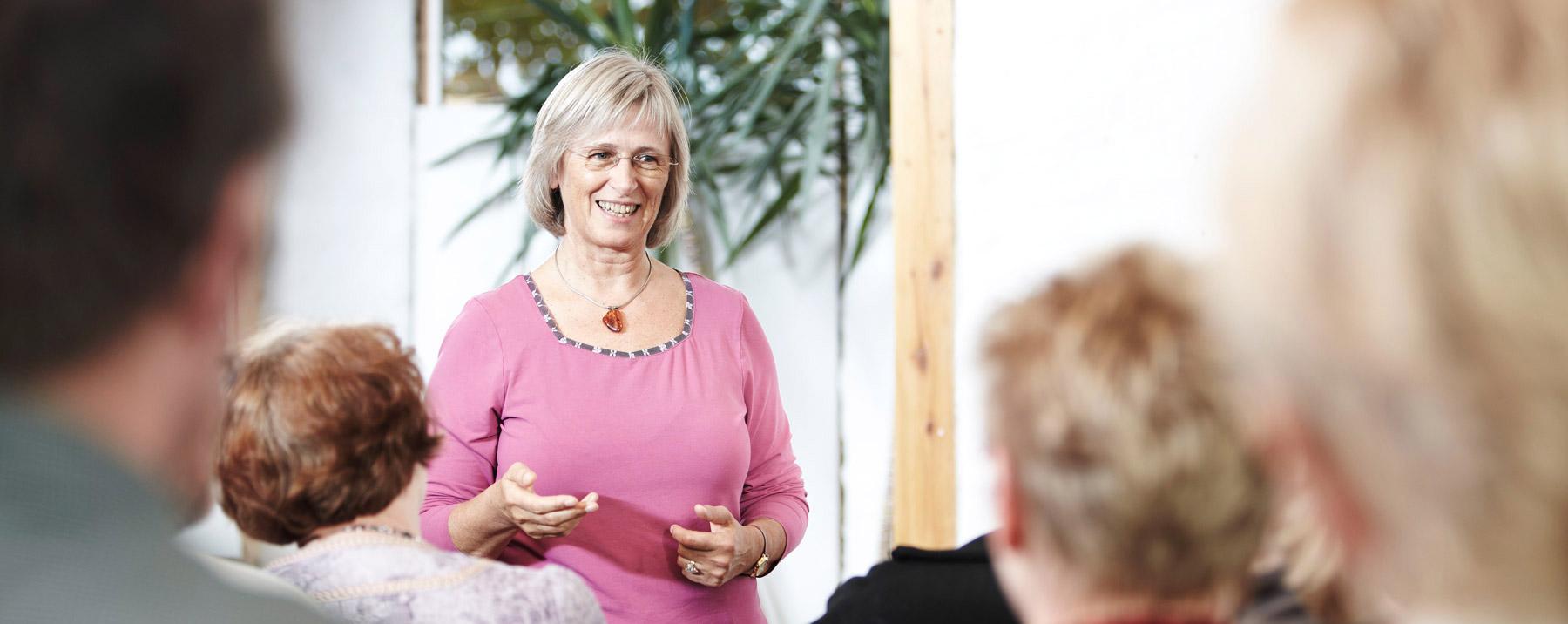 Kirsten Kristensen stå og underviser