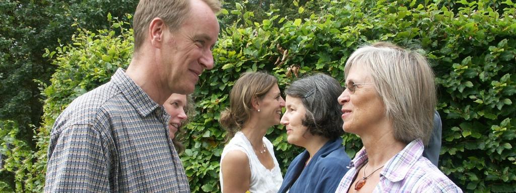 Kirsten Kristensen taler med en mand foran en gruppe påIkkevoldelig Kommunikation kursus